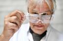 Een onderzoeker/tester met een coronaneusswab waarmee slijm wordt afgenomen om op Covd-19 te kunnen testen.