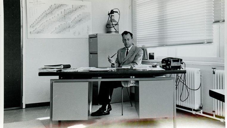 Jaap Kistemaker in zijn werkkamer in Amsterdam, circa 1963. Beeld ET-NL