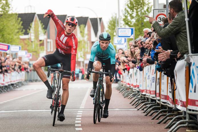 Nils Eekhoff van de opleidingsploeg van Sunweb wint de Ronde van Overijssel 2019.