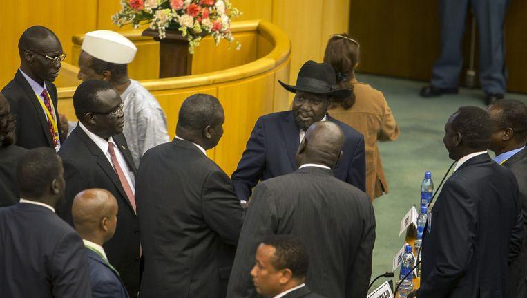 Riek Machar, leider van de rebellen in Zuid-Soedan, schudt de hand van president Salva Kiir.