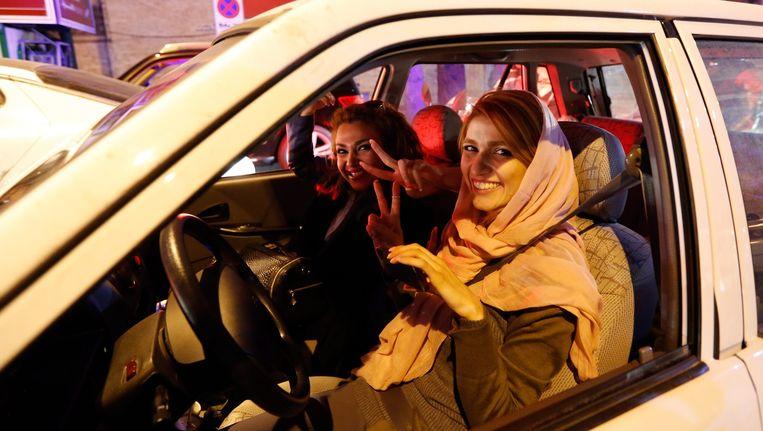 Vrouwen in Teheran rijden toeterend door de straten na bekendmaking van het atoomakkoord. Beeld epa