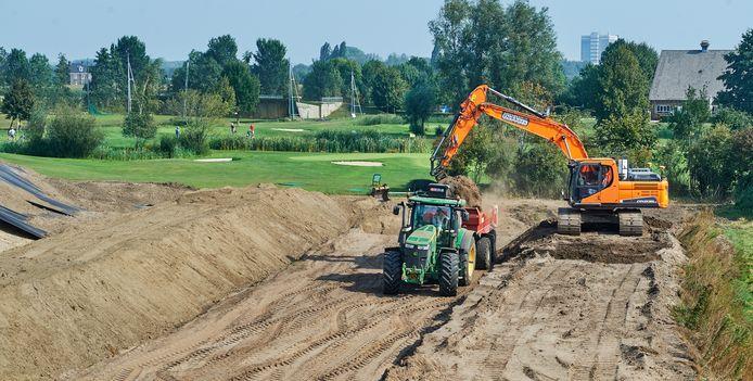 Werkzaamheden aan de uitbreiding van golfbaan Oijense Zij te Oss.