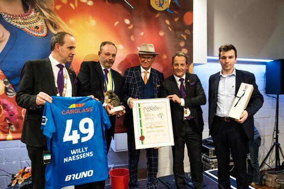 Willy Naessens kreeg een gepersonaliseerd shirt van Racing Genk cadeau van burgemeester Wim Dries.