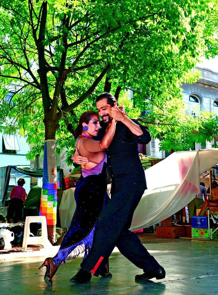 Zondag is marktdag in San Telmo, een volkse wijk van Buenos Aires. Elke gelegenheid is goed voor de Porteños om een tango te dansen.