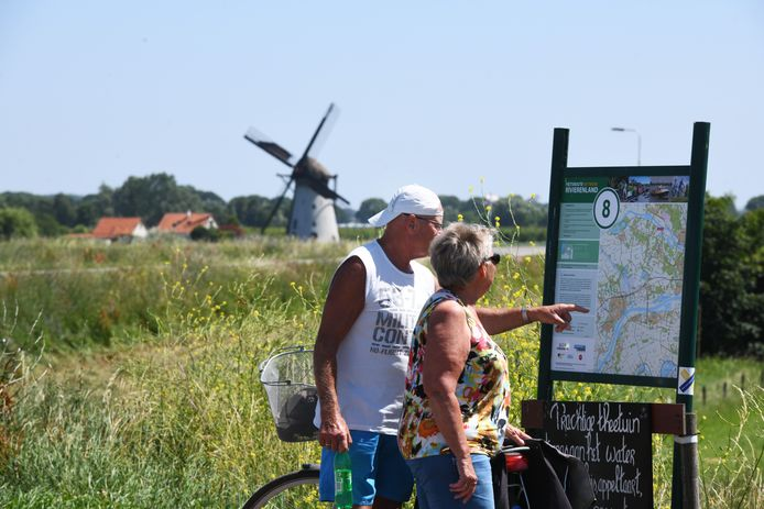 Fietsers in Rivierenland.