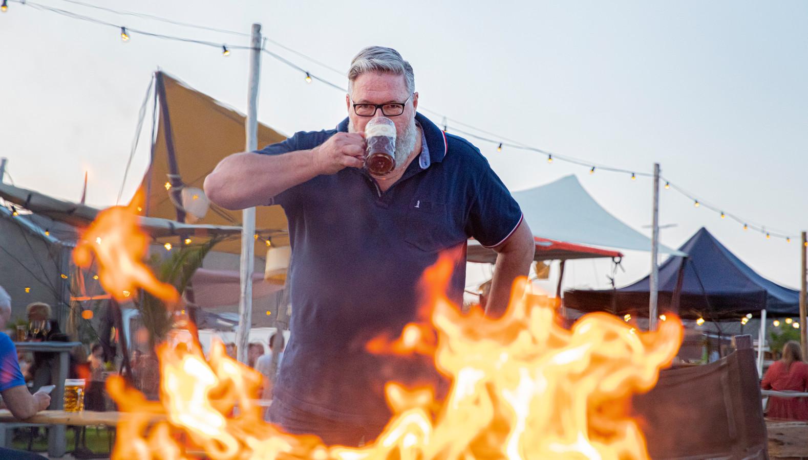 Roger de Frankrijker geniet van Veluwse Schavuyt Herfstbock tijdens Beer & Food Lovers op het terras van Soap in Apeldoorn.