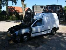 Auto raakt zwaar beschadigd door brand in Usselo