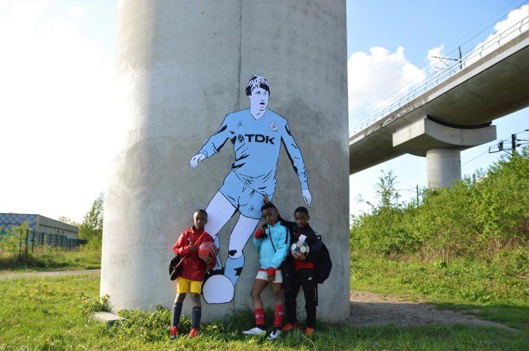 De nieuwe generatie voetballers bij hun voetballegende Beeld Kamp Seedorf