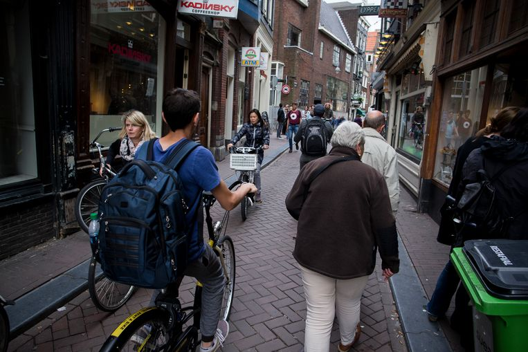 De smalle stoepen zijn vaak slecht onderhouden en staan steeds voller met borden, geparkeerde fietsen, terrassen en afvalcontainers. Beeld Rink Hof