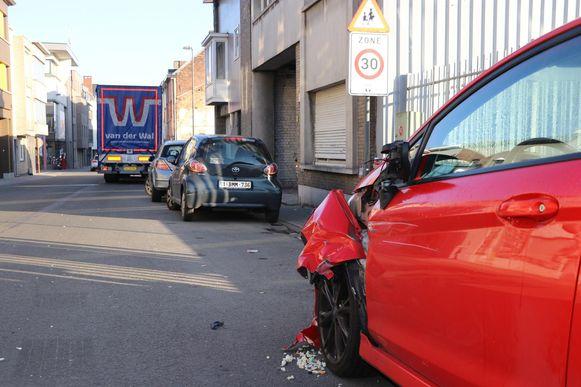 De Ford raakte zwaar beschadigd tijdens het manoeuvre van de trucker.