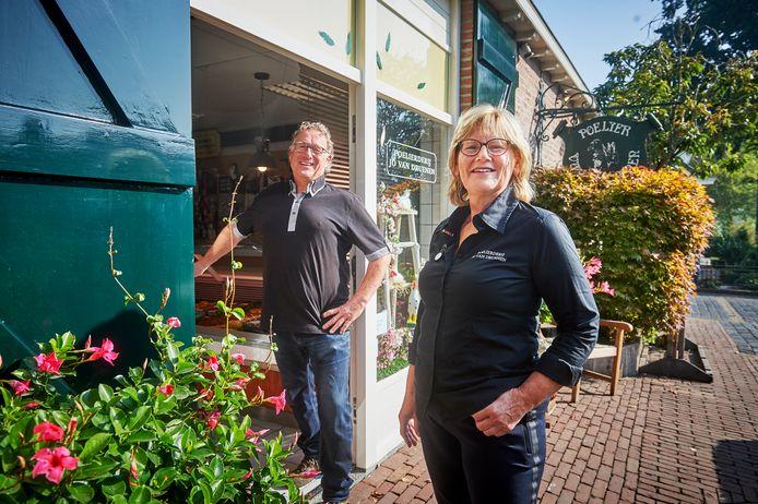 Jo en Anja van Druenen uit Geffen zetten hun poelierderij in de etalage.