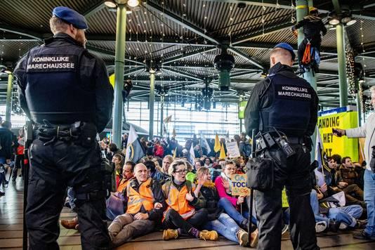 Actievoerders van Greenpeace protesteren tegen de in hun ogen grote vervuiler Schiphol. Zij protesteerden op het plein voor Schiphol Plaza en bij het hotel Sheraton.