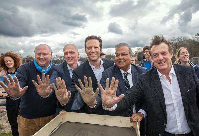 De voorzitters en wethouder Baldewsingh bekrachtigden hun samenwerking met een handafdruk in beton.