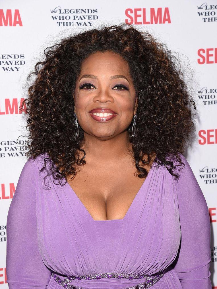Oprah Winfrey: Cora is een fictief personage, mar haar odysse, een echte heldenreis, hielp mij zowel het verleden beter te begrijpen, als de situatie waar wij ons vandaag de dag in bevinden. Dat is wat grote literatuur uiteindelijk doet. Ze vertelt je niet wat je moet denken of voelen, maar schept de ruimte waarin die gedachten zich kunnen ontwikkelen.' Beeld AFP / Jason Merritt