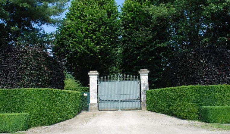 Ook van pottenkijkers heb je geen last. Wie het landgoed wil betreden, moet eerst langs deze poort naar binnen.