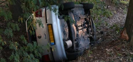 Bestuurder verliest controle over auto en belandt in droge sloot in Boxtel