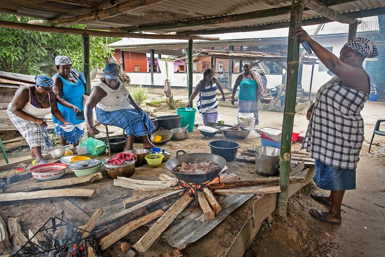 Vrouwen bereiden een maaltijd voor in het dorp Santigron.  Beeld Guus Dubbelman