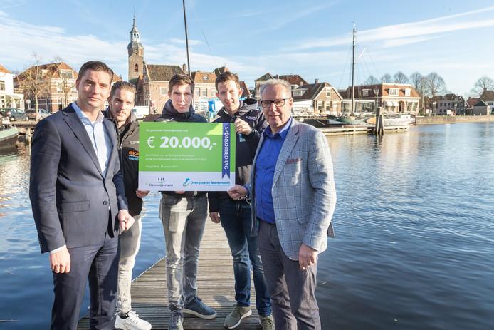 Als de Overijsselse Merentocht wordt verreden, kan de organisatie rekenen op een bijdrage van 20.000 euro van de gemeente Steenwijkerland. V.l.n.r. wethouder Bram Harmsma, de schaatsers Ingmar Berga, Willem Hoolwerf en Evert Hoolwerf en OMT-voorzitter Roelof Groen.
