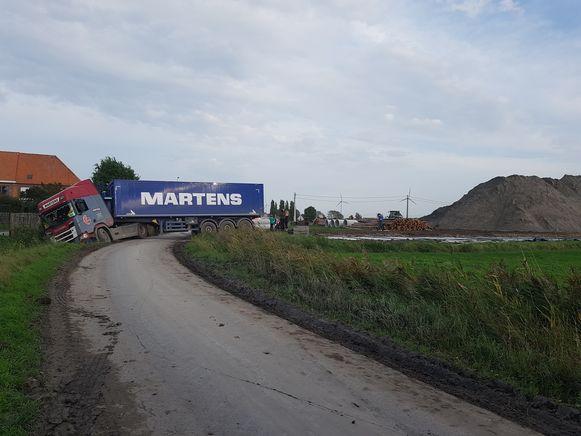 De vrachtwagen verspert de Bergschuurstraat in Snaaskerke.