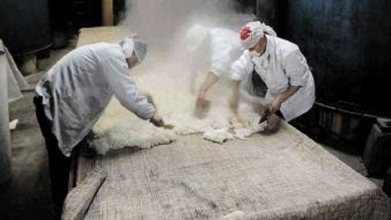 Gestoomde organische rijst is de voornaamste ingrediënt van saké. In de Terada Honke sakebrouwerij in Kansaki wordt er nog op ambachtelijke manier saké geproduceerd. (FOTO EPA) Beeld