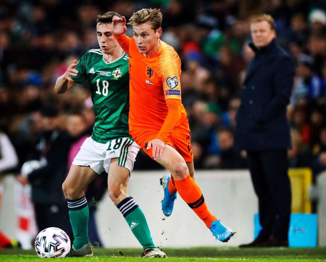 Frenkie de Jong had het erg lastig in de dubbele ontmoeting met Noord-Ierland. Bondscoach Ronald Koeman kijkt op de achtergrond toe.