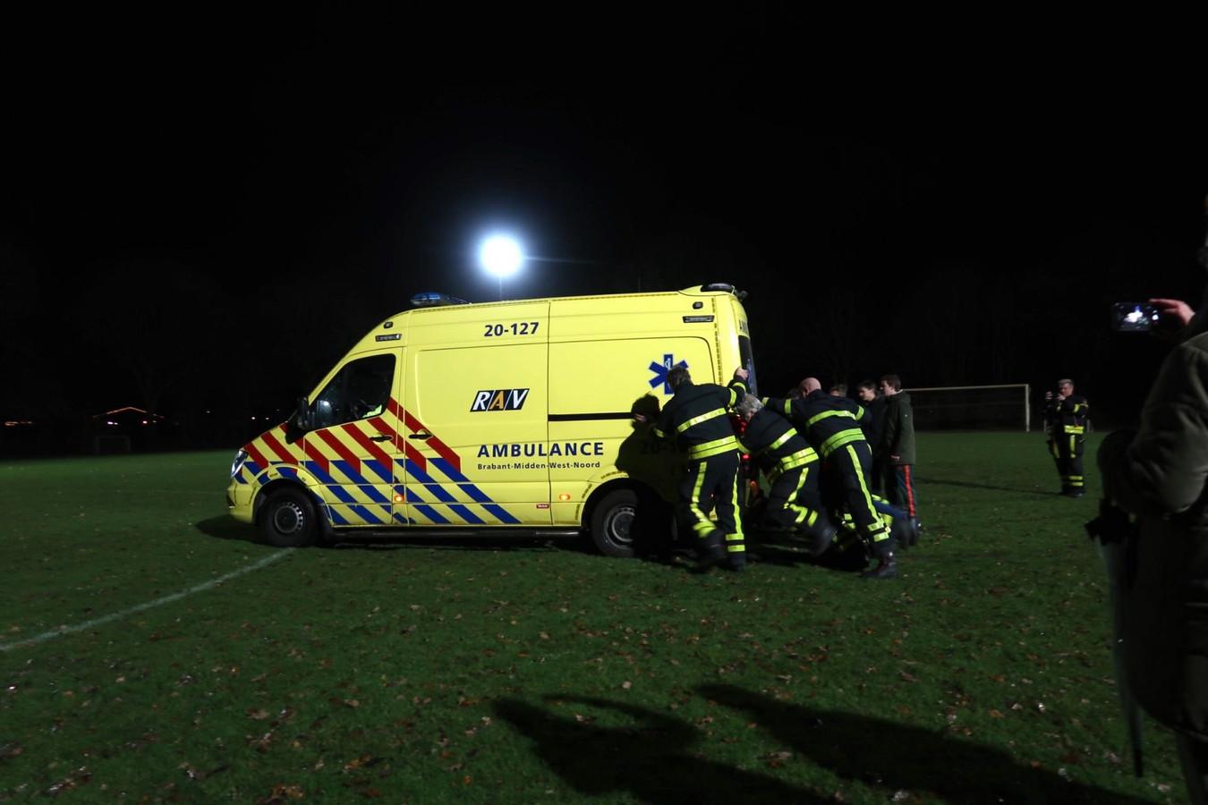 Ambulance rijdt zich vast, elftal en brandweer korps schieten te hulp