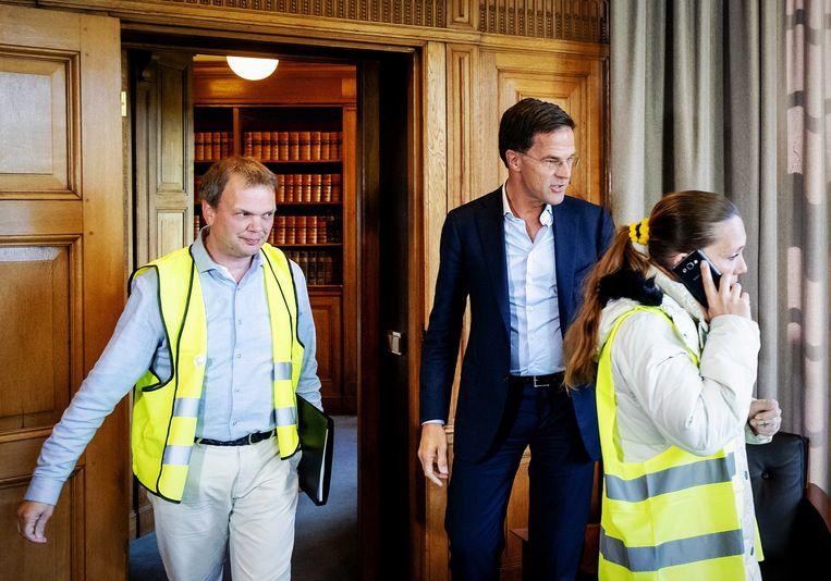 Premier Mark Rutte ontvangt een delegatie van de protestbeweging 'Gele Hesjes Nederland' in zijn werkkamer in het Torentje. Beeld ANP