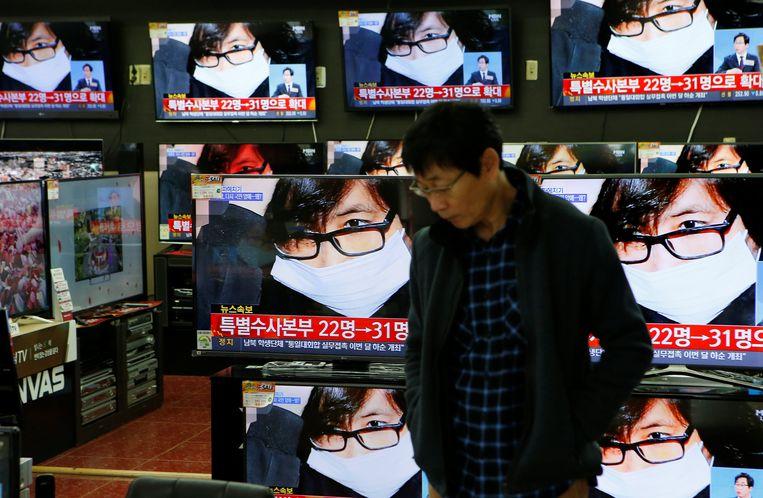 De Zuid-Koreaanse televisie laat beelden zien van Choi Soon-sil, een vertrouweling van de president die wel 'Raspoetin' wordt genoemd. Beeld REUTERS