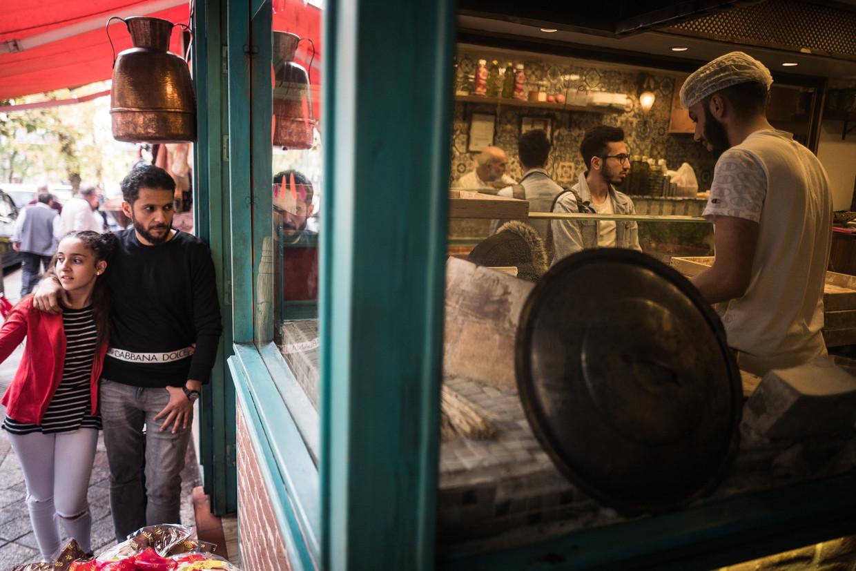 Een Syrisch restaurant in de vrome volkswijk Fatih in istanbul. Zo'n beetje de helft van alle winkels en cafetaria's rond de grote moskee hier is in Syrische handen.  Beeld Nicola Zolin