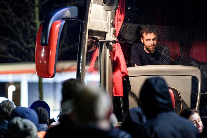 FC Twente spelers worden opgewacht door boze supporters bij het trainingscomplex bij het FBK stadion.  Voorin in de Bus Trainer Gonzalo Garcia.