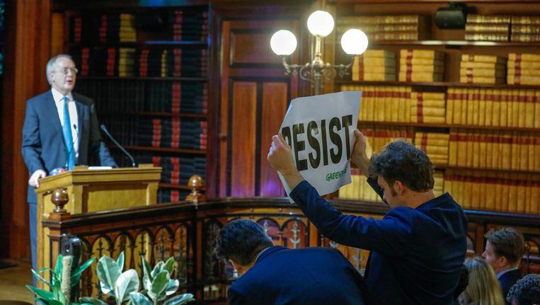Een Greenpeace-activist verstoort de speech van Myron Ebell met een spandoek en wat boegeroep.