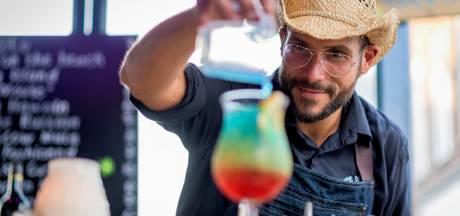 Met passie en precisie mixt Jareck uit Almelo zijn cocktails