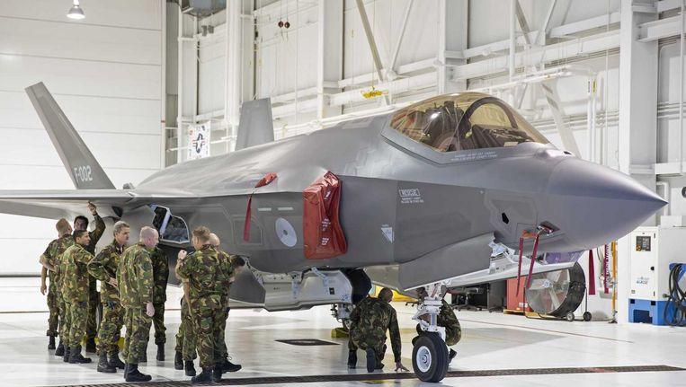 Het Nederlandse JSF-detachement naast de F-002, een van de twee test F-35A jachtvliegtuigen van de Koninklijke landmacht op de Eglin Air Force Base in Florida. Beeld anp