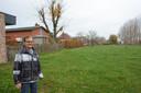 Guido Van Landeghem van het Comité Haagstraat in de weilanden achter de huidige woningen waar men de nieuwe verkaveling wil realiseren.