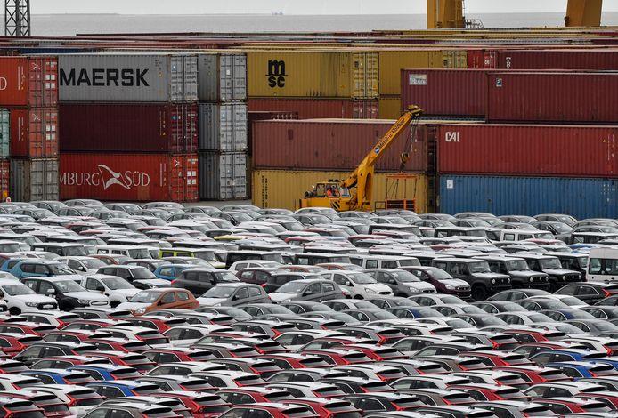 Deze foto is van vorige week: in het Duitse Bremerhaven staan duizenden nieuwe en tweedehands auto's geparkeerd die bestemd zijn voor im- en export