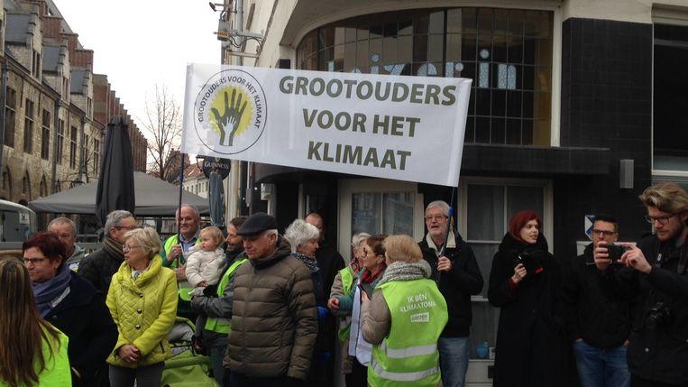 Ook de Grootouders voor het Klimaat -hier afgebeeld tijdens een betoging in Mechelen- deden deze keer hun duit in het zakje.
