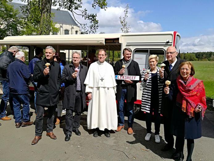 Abt Jos Wouters temidden van burgemeesters en gedeputeerden.
