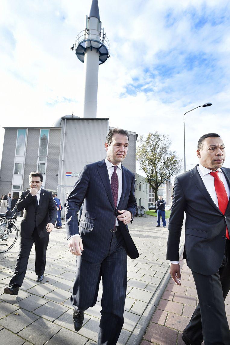 Lodewijk Asscher na zijn bezoek aan de Kuba moskee in IJmuiden. Rechts van de minister loopt de burgemeester van Velsen Franc Weerwind. Beeld Guus Dubbelman / de Volkskrant
