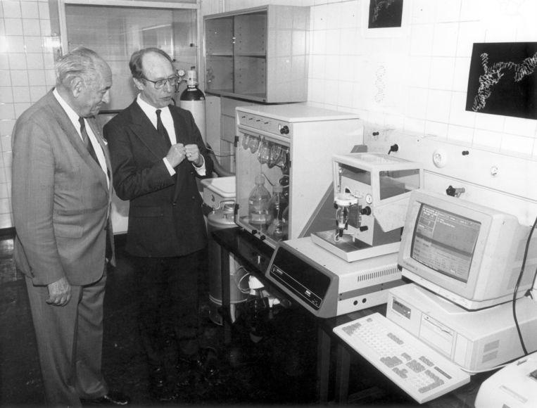 Professor Henk Buck toont zijn lab in 1990 aan Edzo Toxopeus, de voorzitter van het Aidsfonds. Beeld spaarnestad