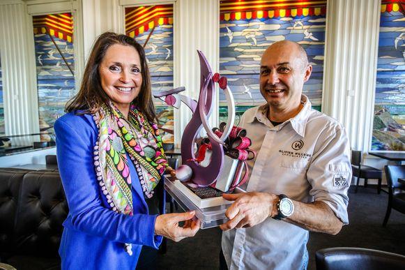Wendy Van Wanten ontvangt het verjaardagscadeau van chocolatier Olivier Willems.
