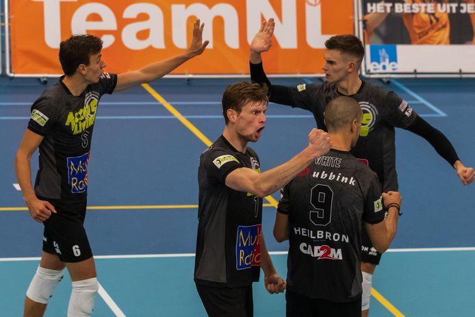 Vreugde bij de volleyballers van Active Living Orion, nummer 1 op voorgrond: Janne van der Ham. (Dynamo - Active Living Orion)