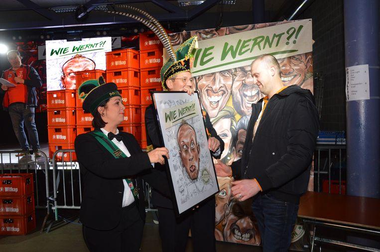'Vitsken van 'Dobbelteup' ontvangt zijn karikatuur van prins Chena en Karnavalraadvoorzitter Pascal Carael.