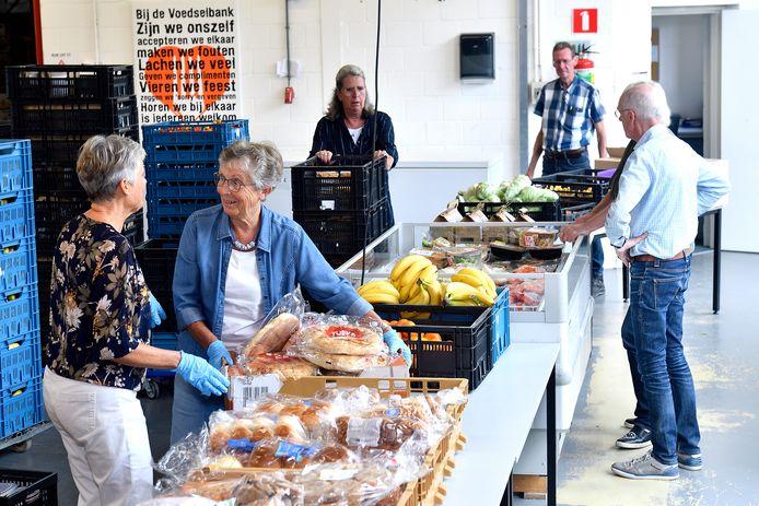 Vrijwilligers aan het werk in de Amersfoortse Voedselbank.