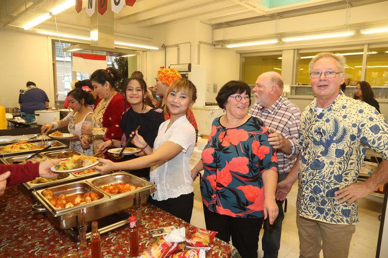 De aanwezigen konden aanschuiven aan een Indisch buffet.
