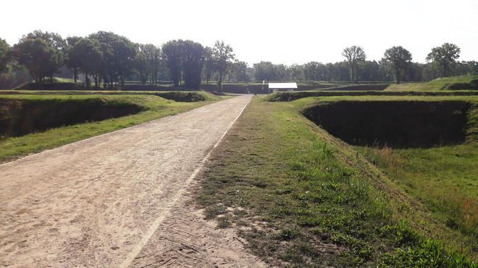 De huidige dam die als toegang dient naar Fort de Roovere verdwijnt