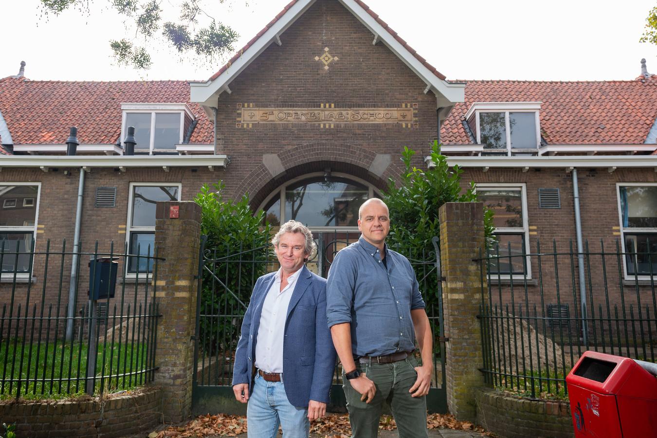 Bob Tieman (links) en Rob Los namen het initiatief tot de verbouwing van het voormalige schoolgebouw aan de Madoerastraat.