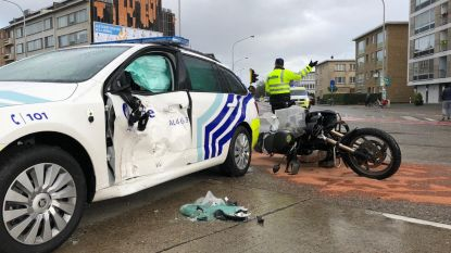 Jarige motorrijder botst tegen politieauto die met sirene en zwaailichten door rood rijdt