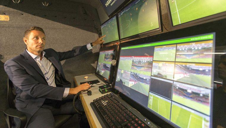 Pol van Boekel geeft een toelichting op de test met een video-assistent bij de registratiewagen voorafgaand aan de bekerwedstrijd Ajax-Willem II.