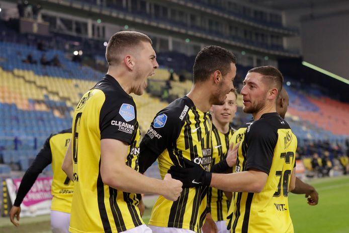 Jacob Rasmussen juicht met Oussama Darfarlou en Maximilian Wittek na de 1-0.