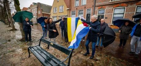 Bankje aan de havenkolk in Blokzijl blijvende herinnering aan huisartsenechtpaar